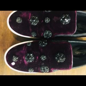 Slip on shoes in a velvet and beaded decorations.